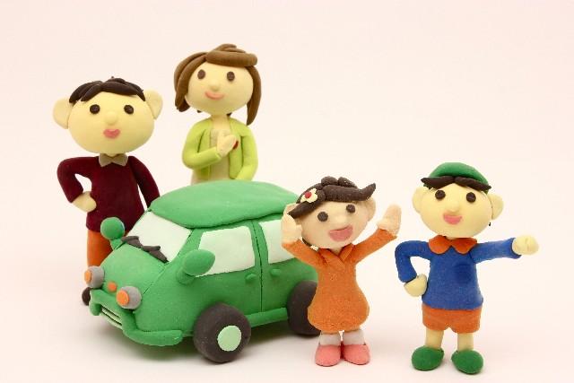 粘土でできた車と4人家族